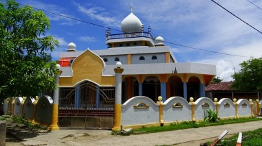 ... Muslim, as shown by this large mosque only a few hundred meters apart